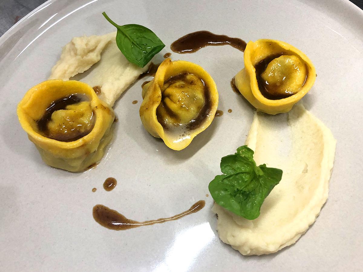 Tortelli ripieni di coda di manzo brasata al vino rosso e crema di sedano rapa