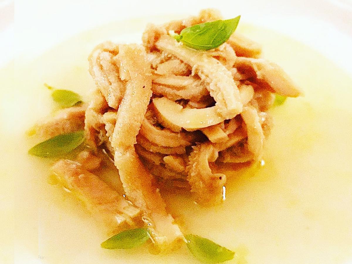 Trippa in insalata: Cuffia e Rumine stufata con acqua naturale e scalogno, condita con olio extravergine e zeste di limone candito con acqua di pomodorini datteri