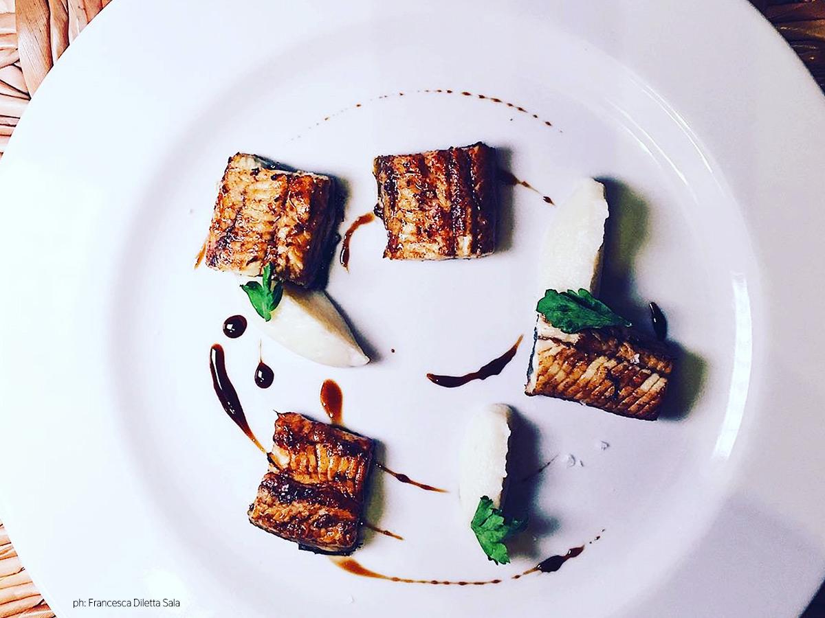 Anguilla arrosto marinata con soia, aceto balsamico e miele servita con crema di cavolfiori al vapore