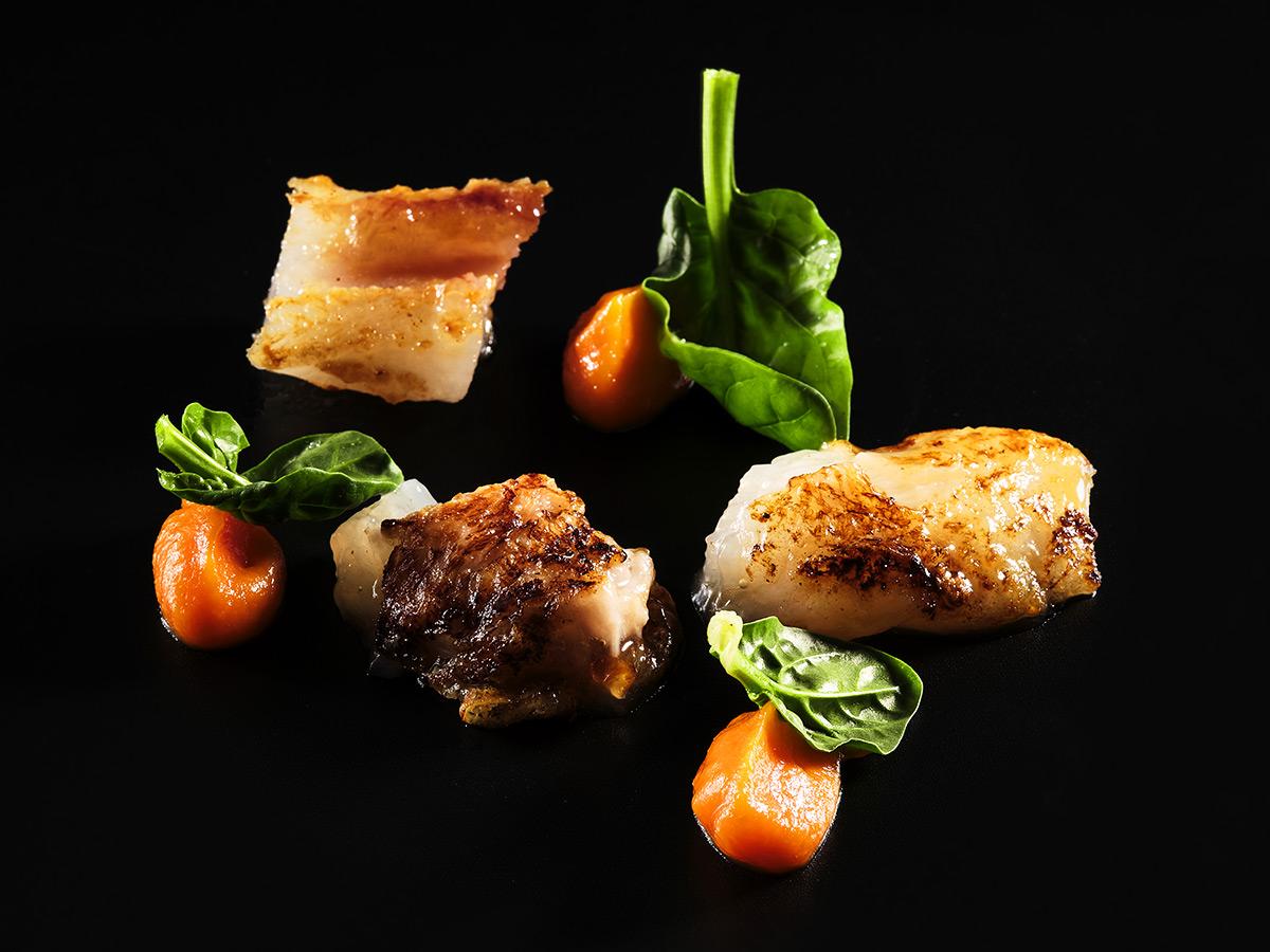 Nervetti alla griglia marinati con soia e lime, serviti con crema di carote al vapore e zenzero e spinaci crudi