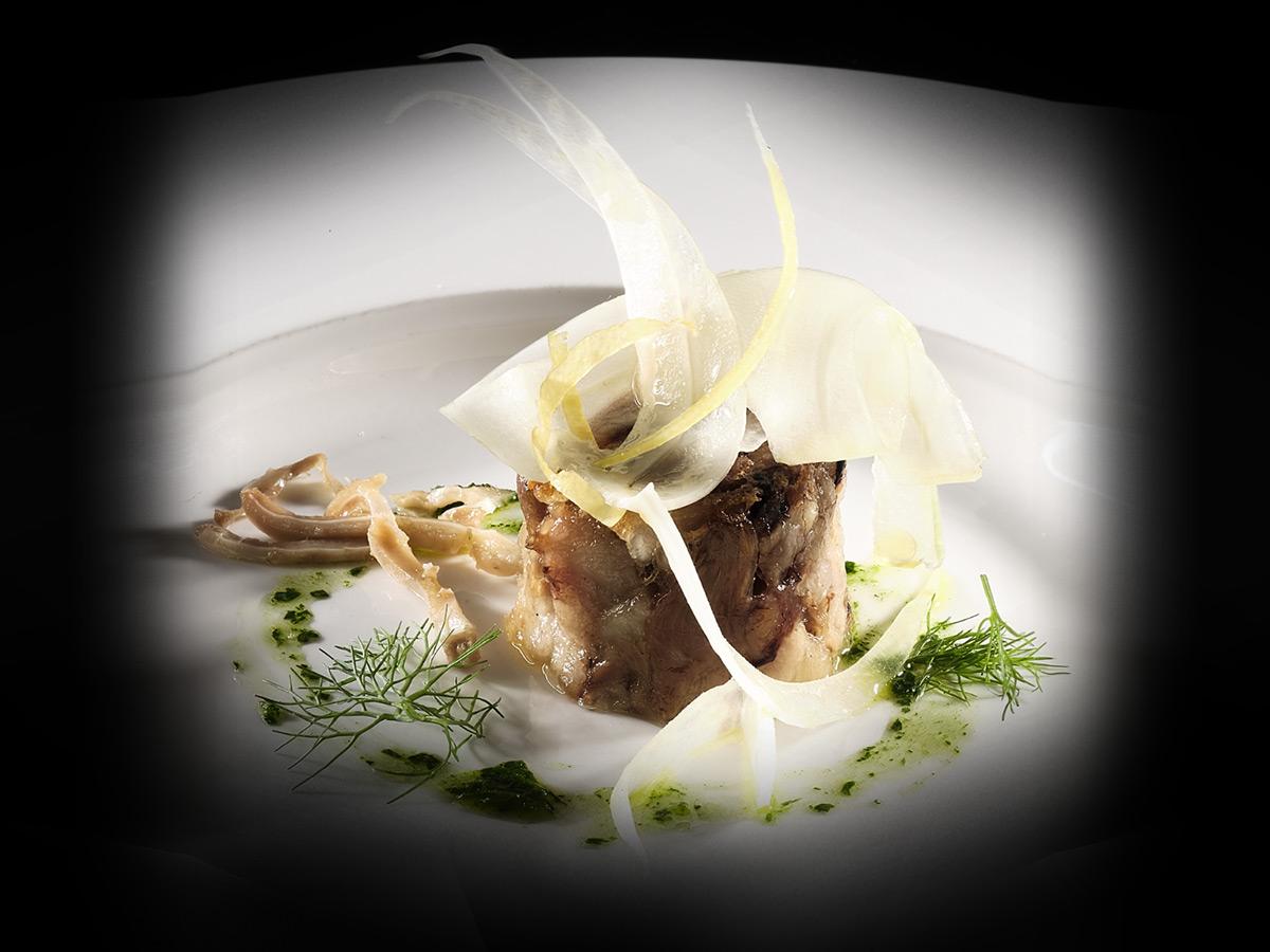 Testina di maialino da latte con insalata di finocchi orecchie e musetto condita con zeste di limone e olio evo al prezzemolo
